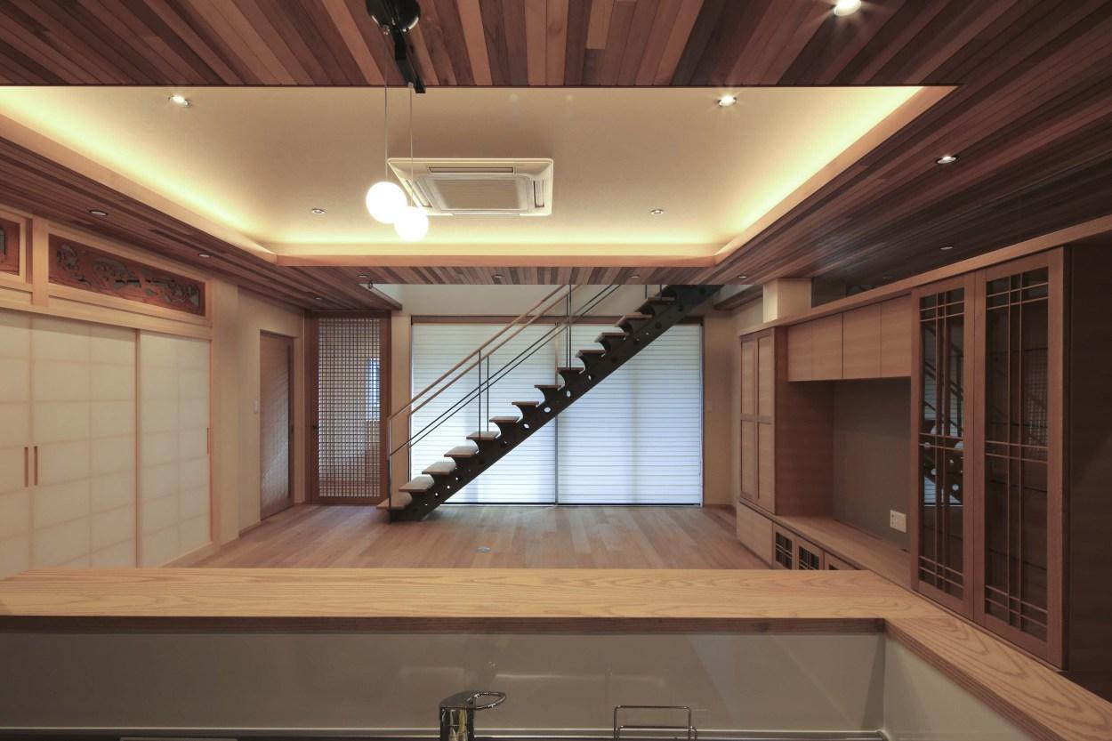 『TOMOIKI NO IE』こだわりいっぱい、和モダンな住宅の部屋 キッチンからの眺め