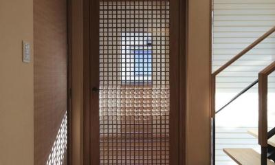 リビング入口-格子戸|『TOMOIKI NO IE』こだわりいっぱい、和モダンな住宅