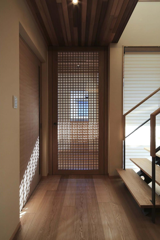 『TOMOIKI NO IE』こだわりいっぱい、和モダンな住宅 (リビング入口-格子戸)