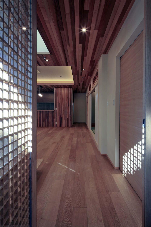 『TOMOIKI NO IE』こだわりいっぱい、和モダンな住宅の部屋 リビング入口より室内を見る