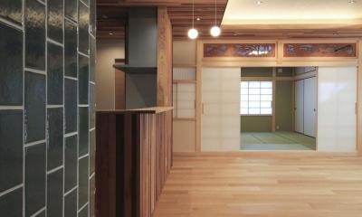 キッチン側より和室を見る|『TOMOIKI NO IE』こだわりいっぱい、和モダンな住宅