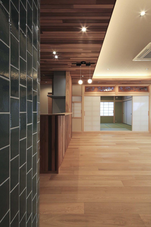 『TOMOIKI NO IE』こだわりいっぱい、和モダンな住宅 (キッチン側より和室を見る)