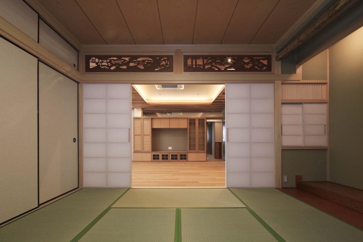 『TOMOIKI NO IE』こだわりいっぱい、和モダンな住宅の部屋 和室よりリビングを見る