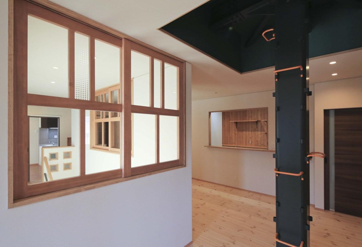 『TOMOIKI NO IE』こだわりいっぱい、和モダンな住宅の部屋 室内窓のある2階ホール
