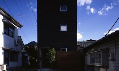 黒一色の外観-1|『坂の南の家』曲面天井のある立体的な構成