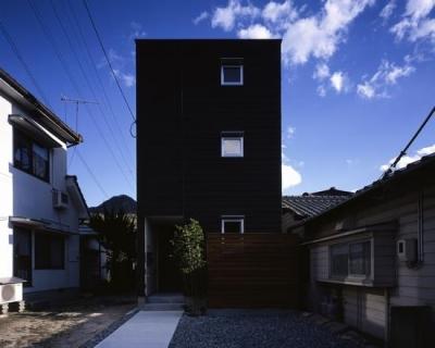 『坂の南の家』曲面天井のある立体的な構成 (黒一色の外観-1)