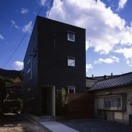 『坂の南の家』曲面天井のある立体的な構成 (黒一色の外観-2)