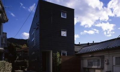 黒一色の外観-2|『坂の南の家』曲面天井のある立体的な構成
