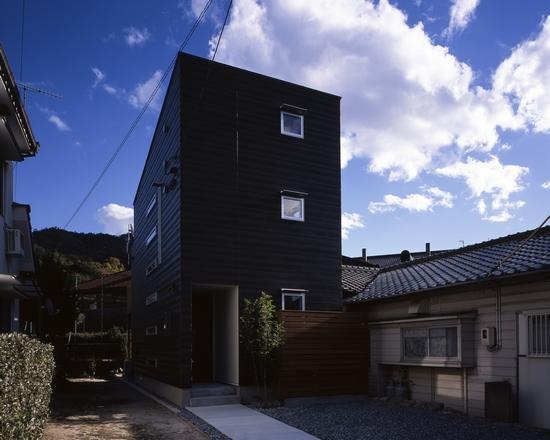 『坂の南の家』曲面天井のある立体的な構成の部屋 黒一色の外観-2