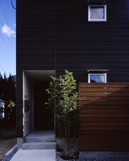 『坂の南の家』曲面天井のある立体的な構成 (エントランス-外観)