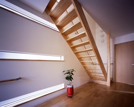『坂の南の家』曲面天井のある立体的な構成の部屋 横スリット窓より光の入る階段室