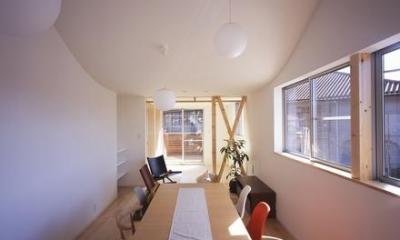 『坂の南の家』曲面天井のある立体的な構成 (優しい光の差し込むダイニング)