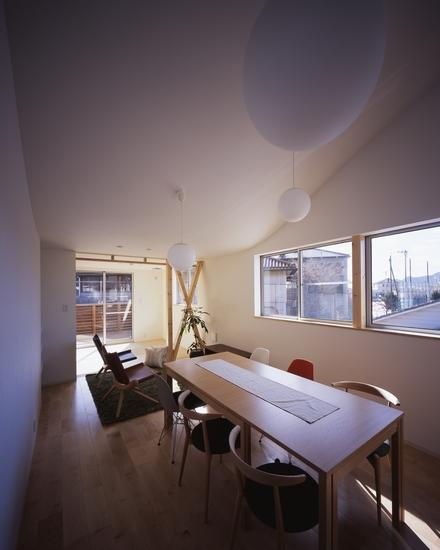 『坂の南の家』曲面天井のある立体的な構成の部屋 曲面天井のリビングダイニング
