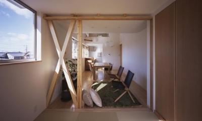 和室よりLDKを見る|『坂の南の家』曲面天井のある立体的な構成