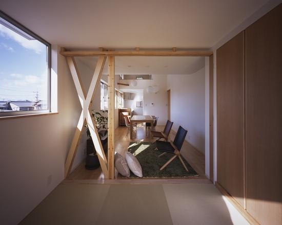 『坂の南の家』曲面天井のある立体的な構成の部屋 和室よりLDKを見る