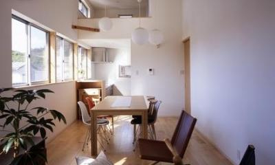 曲面天井でつながるLDKとロフト|『坂の南の家』曲面天井のある立体的な構成