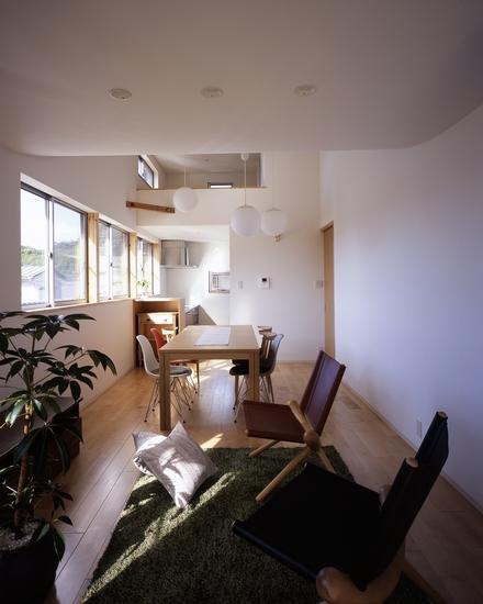 『坂の南の家』曲面天井のある立体的な構成の部屋 曲面天井でつながるLDKとロフト