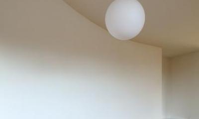 『坂の南の家』曲面天井のある立体的な構成 (曲面の天井)