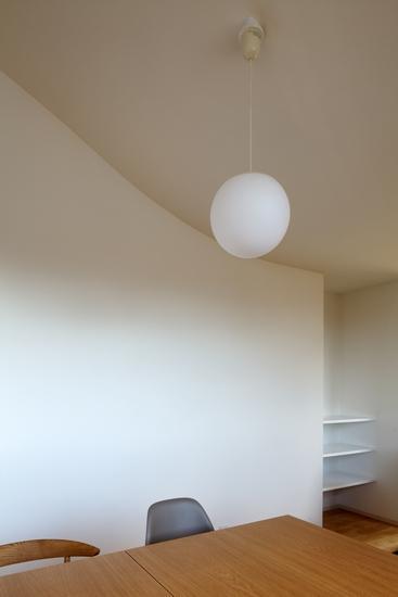 『坂の南の家』曲面天井のある立体的な構成の部屋 曲面の天井