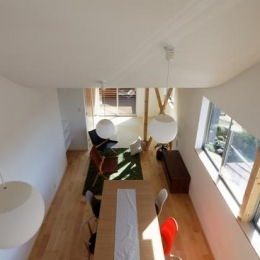 『坂の南の家』曲面天井のある立体的な構成 (リビングを見下ろす)