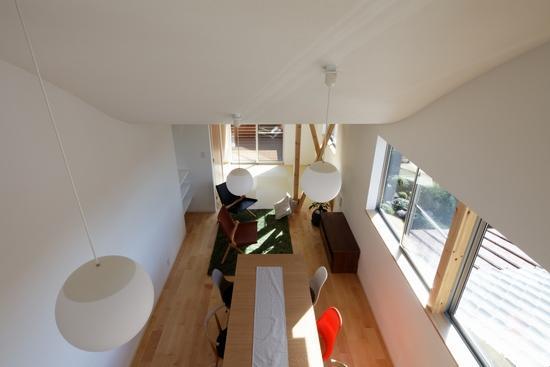 『坂の南の家』曲面天井のある立体的な構成の部屋 リビングを見下ろす