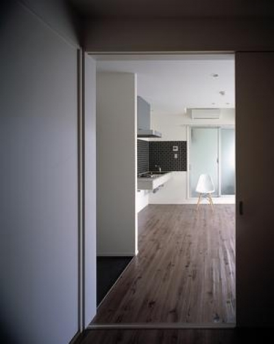 『Liverty Misasa』狭小地に建つデザイナーズマンション (type c-寝室よりLDKを見る)