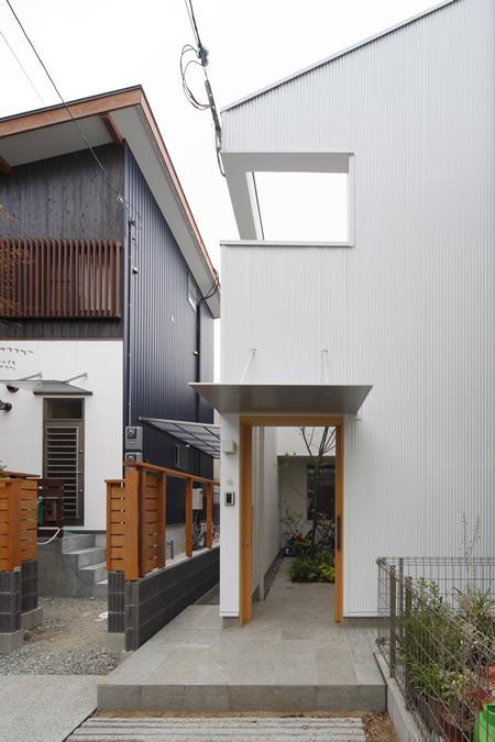 『春風の家』中庭を外玄関に!光を取り込む住まいの部屋 中庭入口