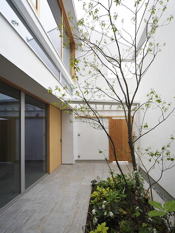 『春風の家』中庭を外玄関に!光を取り込む住まいの部屋 中庭-外玄関