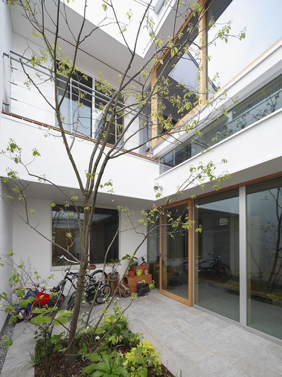 『春風の家』中庭を外玄関に!光を取り込む住まいの部屋 光を集める中庭