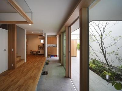 開放的な土間空間 (『春風の家』中庭を外玄関に!光を取り込む住まい)