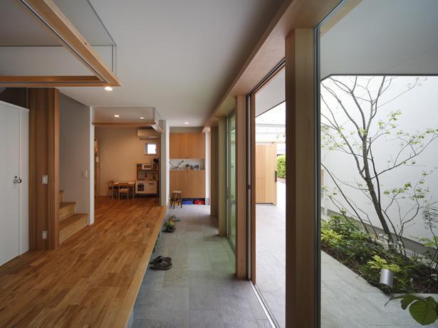 『春風の家』中庭を外玄関に!光を取り込む住まいの部屋 開放的な土間空間