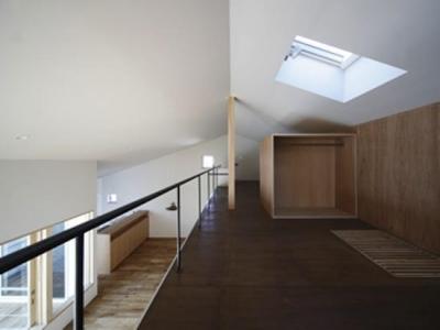 明るいロフト空間-トップライト (『春風の家』中庭を外玄関に!光を取り込む住まい)