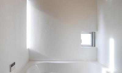 『春風の家』中庭を外玄関に!光を取り込む住まい (真っ白なバスルーム)