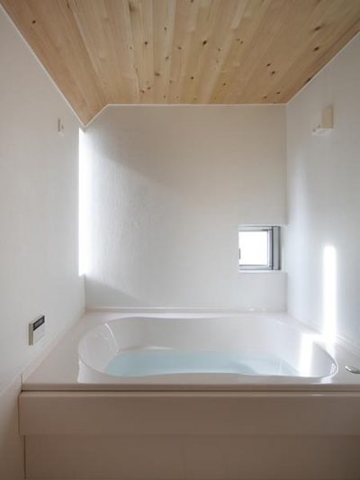 真っ白なバスルーム (『春風の家』中庭を外玄関に!光を取り込む住まい)