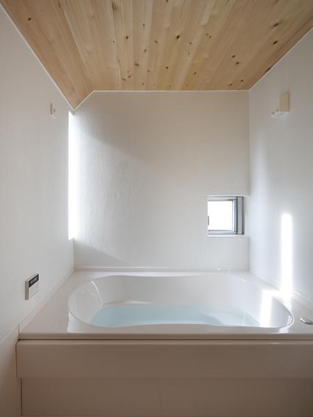 『春風の家』中庭を外玄関に!光を取り込む住まいの部屋 真っ白なバスルーム