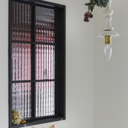 コラージュハウス (玄関部分の黒縁チェッカー窓)