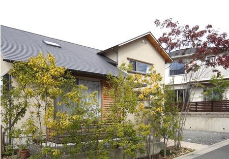 『山手台の家』木の素材感・質量感を生かした和テイストの住まいの部屋 和テイストの外観