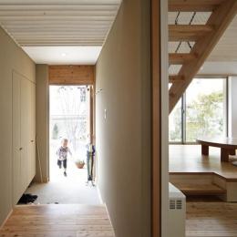 『山手台の家』木の素材感・質量感を生かした和テイストの住まい (開放的な玄関ホール)