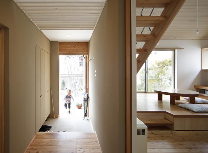 『山手台の家』木の素材感・質量感を生かした和テイストの住まいの部屋 開放的な玄関ホール