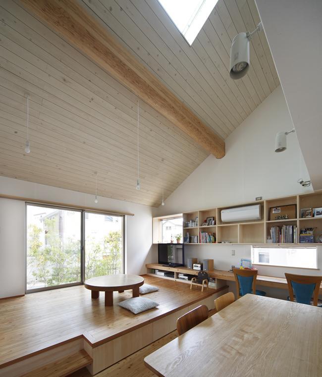 『山手台の家』木の素材感・質量感を生かした和テイストの住まいの部屋 大屋根のリビングダイニング