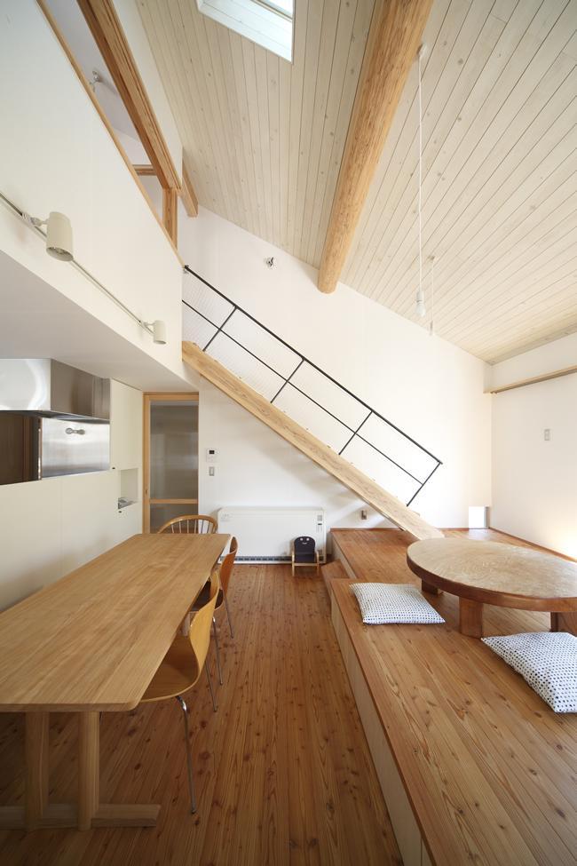 『山手台の家』木の素材感・質量感を生かした和テイストの住まいの部屋 1階と2階がつながる広がりのある空間
