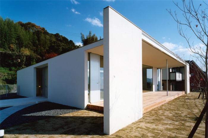 『柳井の家』ロケーションを最大限に生かした住まいの写真 スタイリッシュな平屋-テラス