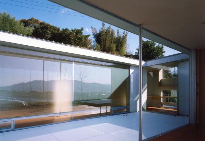 『柳井の家』ロケーションを最大限に生かした住まいの写真 リビングより中庭を見る