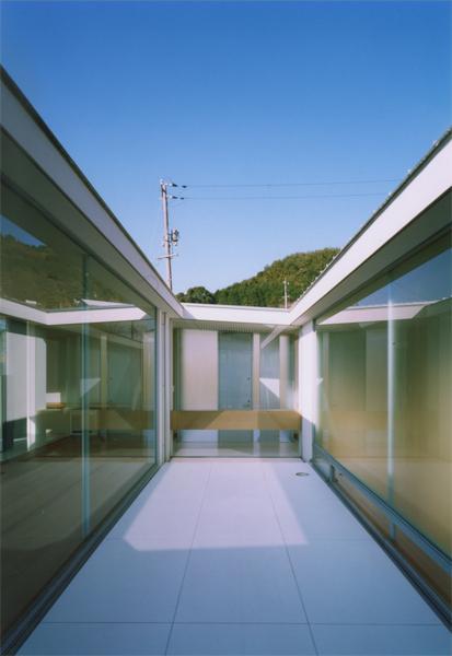 『柳井の家』ロケーションを最大限に生かした住まいの写真 開放的な中庭
