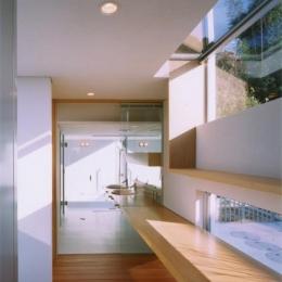 『柳井の家』ロケーションを最大限に生かした住まい (カウンターの先は洗面スペース・浴室)