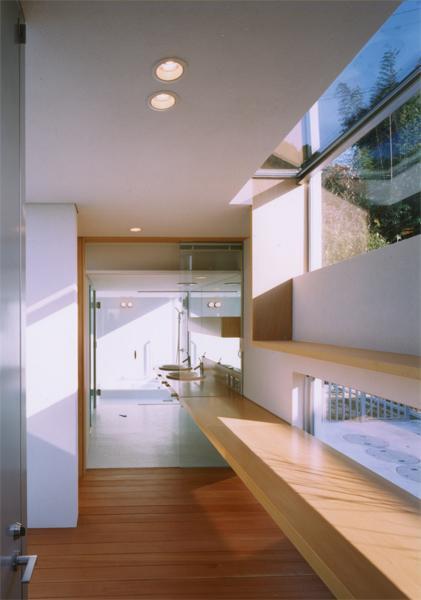 『柳井の家』ロケーションを最大限に生かした住まいの写真 カウンターの先は洗面スペース・浴室