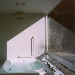 『柳井の家』ロケーションを最大限に生かした住まい (ガラス張り窓のバスルーム)