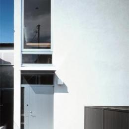『久我山の家』狭小地に建つ、光と風を感じる住まい (真っ白の外観)