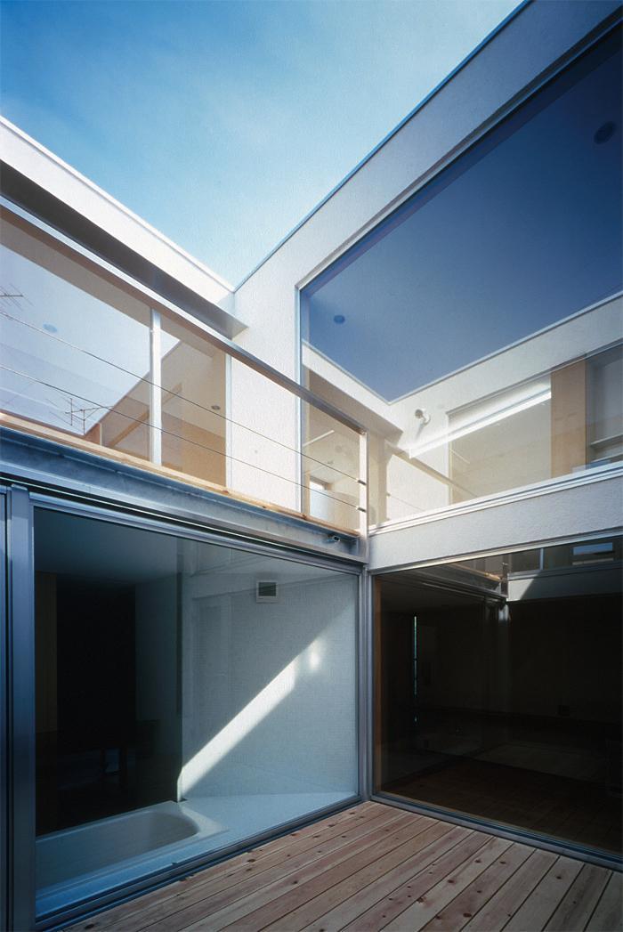 『久我山の家』狭小地に建つ、光と風を感じる住まい (光と風を取り入れる中庭)