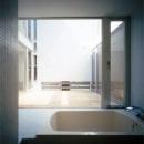 中庭より光が入るバスルーム
